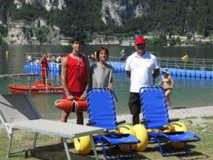 Riva del Garda un lago accessibile a tutti con sdraio per disabili