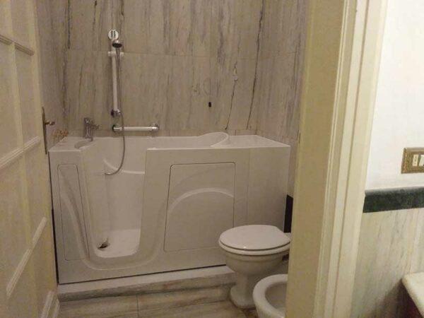 Vasca con porta laterale e doccia