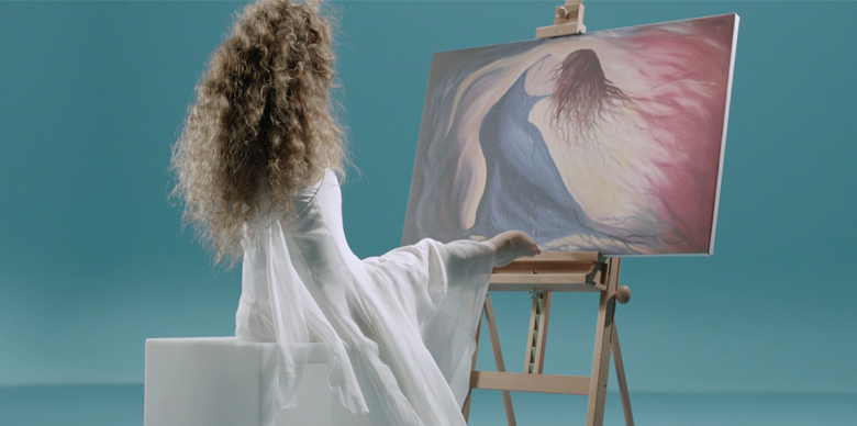 Simona Atzori artista che dipinge con i piedi